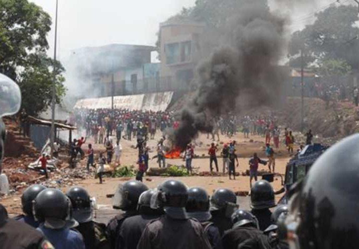 La Guinea sull'orlo della guerra civile. L'opposizione ha scelto di boicottare le elezioni: in piazza si bruciano i manifesti elettorali
