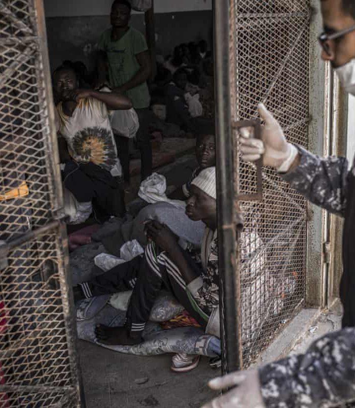 """L'Unhcr chiude il centro di accoglienza di Tripoli. E lascia i profughi senza cibo per """"motivarli ad andarsene"""""""