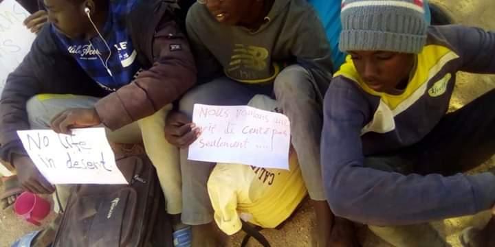 Cominciata la diaspora dei profughi in Niger – Proteste sotto la sede UNHCR: la marcia verso Agadez di migliaia di persone