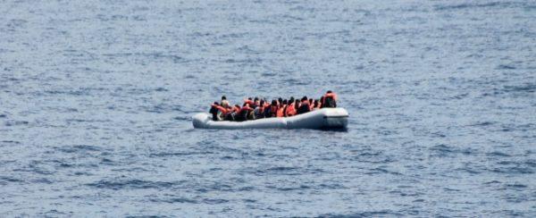 Barcone con 100 persone al largo della Libia: salvate saranno riportate all'inferno