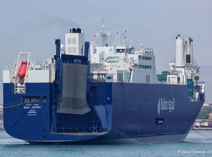 La nave saudita delle armi Bahri Jazan mente sulla sua rotta ed attracca a Genova