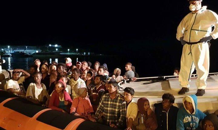 Settanta migranti approdati a Lampedusa: la lunga notte dei soccorsi