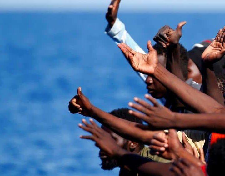 Malta salva 87 migranti a sud di Lampedusa: nave italiana doveva intervenire ma ha dichiarato un'avaria